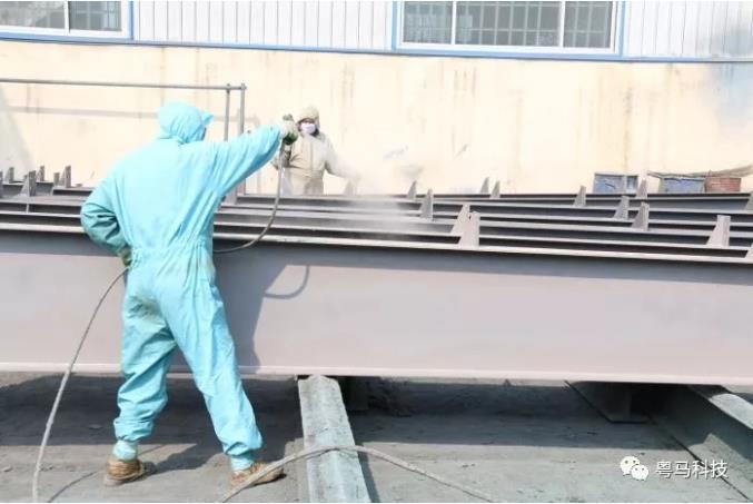 钢结构防腐漆具有很强的耐腐蚀性和防潮性能,能够适应各种艰苦的装修环境,拥有较长的使用寿命,在工业中比较常用的一种防腐涂料,它被广泛用于钢结构、化工、航空、船舶等领域。那么,你知道钢结构防腐漆的涂装方法是什么呢?